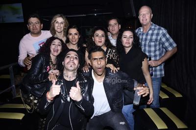 Kenny durante su presentación en Rock BlvD departiendo con amigos y fanáticos.