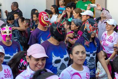 """Cada uno de los participantes corrió por la causa de apoyar la lucha contra el cáncer, aprovechando las actividades del """"Mes Rosa"""", octubre."""