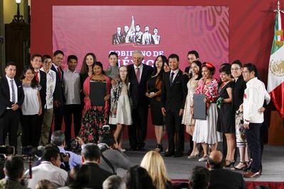 El presidente Andrés Manuel López Obrador entregó el Premio Nacional de la Juventud 2019.