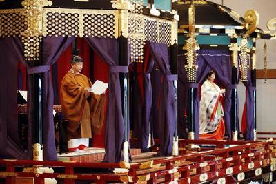 Vistió una túnica naranja oscuro con un diseño que se remonta al siglo IX que los emperadores usan en ocasiones especiales.