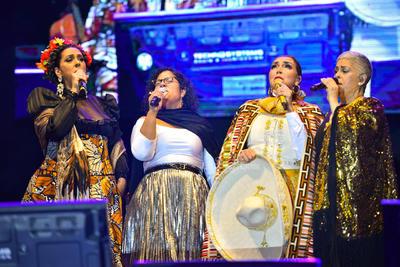 Eugenia retomó la melodía en vivo. Y lo que representan un himno para la Dama del poncho rojo, fue recitada por las voces que se unieron en una misma, pues Aída, Regina y Marisoul, resurgieron en el escenario para cantar todas juntas.