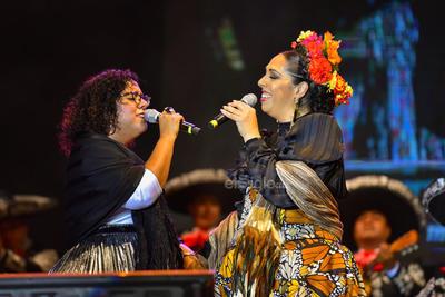 Luego Marisoul unió su voz a la de Orozco para sacar del pecho la melodía Piensa en mí, esto ante las almas de los bohemios que sentados en sillas y en el pavimento de la explanada disfrutaron de cada segundo de su actuación.