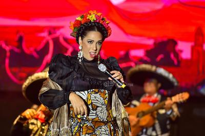 Y así dio pie a que los músicos del Mariachi Gama 1000 hicieran resonar a México en sus instrumentos. De una esquina sola y sin su cariño Regina Orozco hizo lo suyo con una hermosa vestimenta en la que se asomaban mariposas monarcas de su largo faldón. Cielo rojo se le acomodó en las cuerdas vocales y aventó la voz que fue abrazada por una cálida noche lagunera.