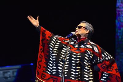 De pronto la cantante Ofelia Medina envuelta en un jorongo con el alma de Chavela Vargas se apareció en el escenario para realizar una presentación personificada de la intérprete que aunque nació en Costa Rica alguna vez recitó que  los mexicanos nacían donde les daba la chingada gana.