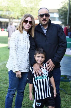 25102019 Eduardo, Katia y su hijo.