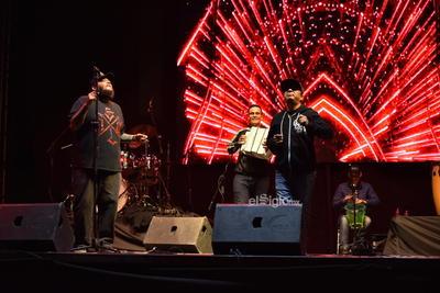 La gente no dejó de bailar esa pieza y también degustó el bolero Aunque no sea conmigo, grabado originalmente con Rubén Albarrán de Café Tacvba.