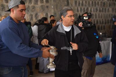 Fue en punto de las 13:00 horas, cuando el obispo de Torreón, inició bendiciendo las reliquias que serían compartidas con la ciudadanía en ese día, para que posteriormente comenzarán a ingresar los feligreses, quienes se encontraban formados con sus recipientes para que les fuera servido el tradicional platillo lagunero.