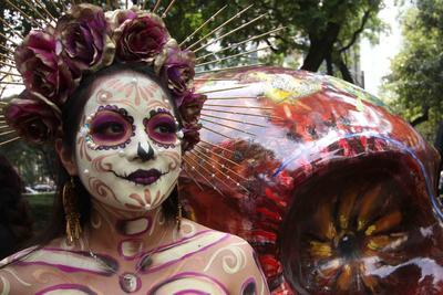 Aspectos del maquillaje de Catrinas que se realiza en la glorieta del Ángel de la Independencia previo la Megaprocesión de Catrinas que llegará al Zócalo capitalino.