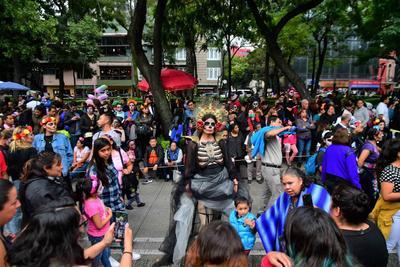 Aspectos de la Megaprocesión de Catrinas, que partió de la glorieta del Ángel de la Independencia rumbo al Zócalo capitalino.