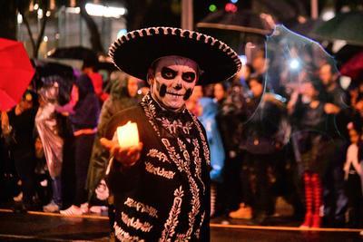 Aspectos de la Megaprocesión de Catrinas, que partió de la glorieta del Ángel de la Independencia rumbo al Zócalo capitalino, como parte de las actividades de Día de Muertos.