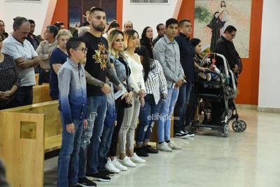 Jonathan Orozco, en compañía de su familia, encabezaron el acto religioso, donde tomaron parte en la celebración eucarística en un inmueble totalmente abarrotado.