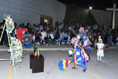 Y es que fiel a su tradición, el arquero y capitán de Santos Laguna, Jonathan Orozco, en compañía de su familia, encabezaron el acto religioso, donde tomaron parte en la celebración eucarística en un inmueble totalmente abarrotado.