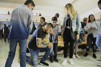Orozco por su parte, se dedicó a repartir autógrafos y tomarse fotografías con los asistentes al acto anual, que ya se tornó tradicional en la casa de los Guerreros.