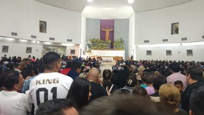 La gente atendió el llamado de la parroquia a llevar despensas para personas que a diario acuden al lugar para obtener un tanto de comida, entre quienes se encuentran migrantes y ancianos.