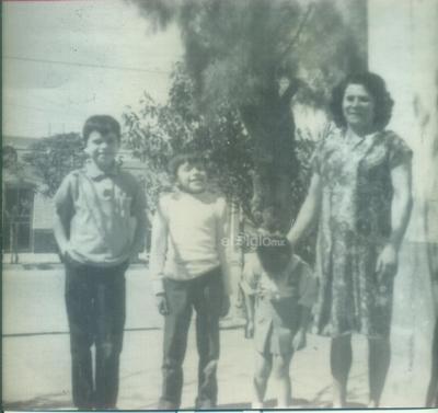 Bertha Valdez de Romero con sus hijos Sergio, Mariano y Ana Bertha en 1971.