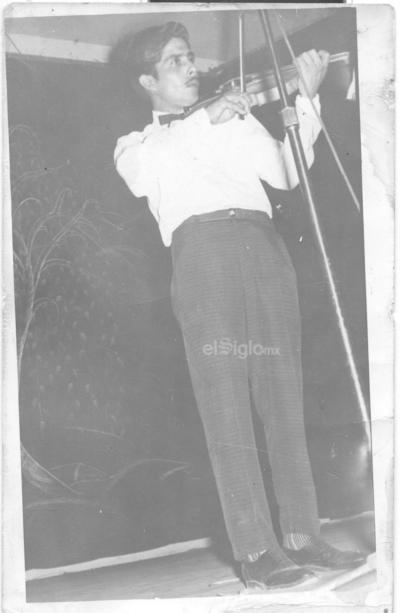 Hilario Chávez Contreras estudiando violín en el año de 1959.