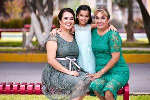 27102019 APAGA SIETE VELITAS.  Rebeca Sánchez Méndez celebró su cumple en compañía de toda su familia. eEn la fotografía la acompañan su mamá María Monserrat Méndez Castañeda y su abuelita, Martha Alicia Castañeda Gutiérrez.