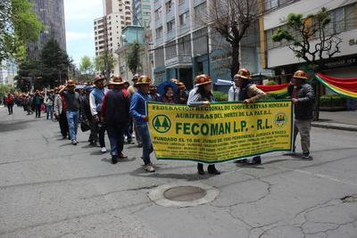 La capital de Bolivia inicia la semana en medio de fuertes protestas de dos bandos opuestos.