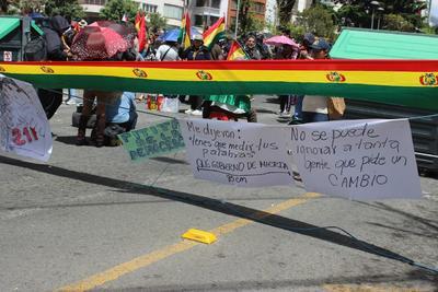Algunos puntos del país bloqueados por los opositores al nuevo mandato de Morales fueron atacados con piedras y se han dado pequeños conatos de violencia.
