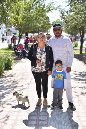 29102019 Sonia, Omar, Christopher y su perrita Lula.