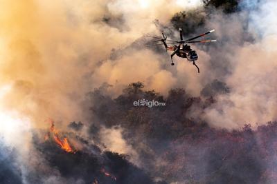 En una rueda de prensa, el alcalde de Los Ángeles, Eric Garcetti, dijo que pese a que el humo no se ve en las mismas cantidades que ayer, la orden de evacuaciones se mantiene.