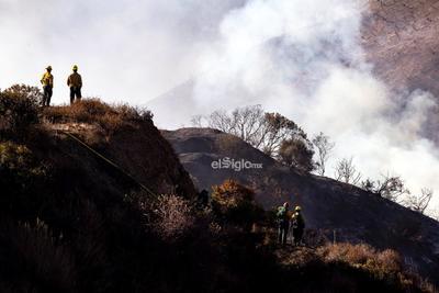 El jefe del Departamento de Bomberos de Los Ángeles, Ralph Terrazas, explicó que están especialmente preocupados por las rachas de vientos, que pueden lanzar las brasas ardiendo a kilómetros de distancia originando nuevos focos de fuego.