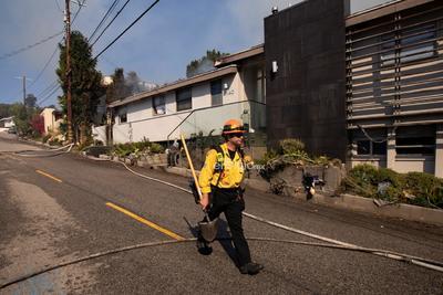 El fuego Kincade se registra en la misma región en que en octubre de 2017 se desencadenó el incendio Tubbs, que arrasó más de 15,400 hectáreas, dejó 22 muertos y más de 5,600 estructuras destruidas.