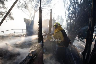 Un bombero sofoca un incendio cerca del Centro Getty en Los Angeles, Estados Unidos, el 28 de octubre de 2019. Miles de residentes fueron obligados a evacuar sus hogares después de que los incendios forestales de rápido crecimiento estallaran el lunes por la mañana cerca del famoso Centro Getty, en el oeste del estado estadounidense de California. Los Angeles, California, 28 de octubre de 2019.