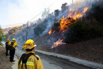 Bomberos intentan extinguir un incendio cerca del Centro Getty en Los Angeles, Estados Unidos, el 28 de octubre de 2019. Miles de residentes fueron obligados a evacuar sus hogares después de que los incendios forestales de rápido crecimiento estallaran el lunes por la mañana cerca del famoso Centro Getty, en el oeste del estado estadounidense de California. Los Angeles, California, 28 de octubre de 2019.