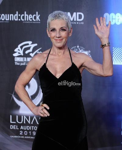 La cantante española Ana Torroja, posa en la alfombra roja de los premios.