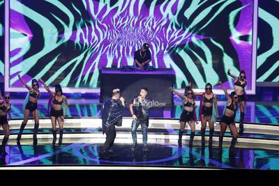 Los cantantes Emir Pavon y Joe Montana participan en la entrega de los premios Las Lunas del Auditorio 2019.