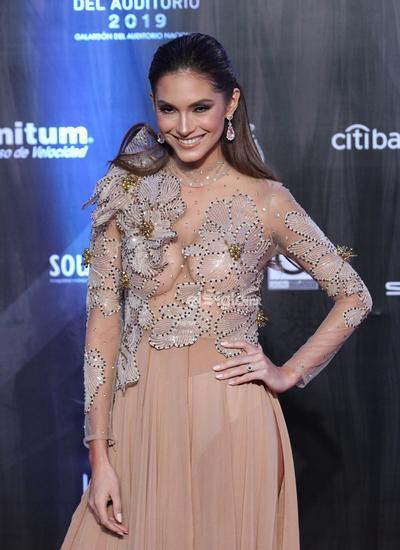 La actriz Darling Reyes posa en la alfombra roja de los premios Las Lunas del Auditorio 2019.