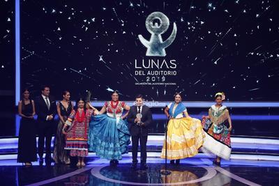 Integrantes de la Guelaguetza reciben el galardón por Danza Tradicional durante la entrega de los premios Las Lunas del Auditorio 2019.
