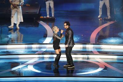 La cantante española Ana Torroja y el mexicano Aleks Syntek (d) actúan durante la entrega de los premios Las Lunas del Auditorio 2019.