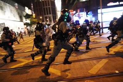 Causaron disturbios, destrozos en restaurantes y bares, además de atacar a varios uniformados.