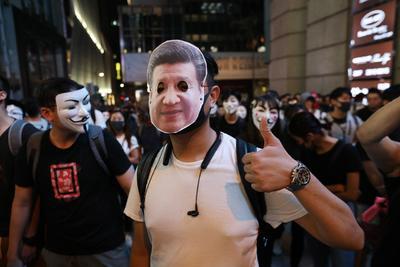 Convocaron una mega manifestación en la noche de Halloween, con disfraces, máscaras y maquillaje.