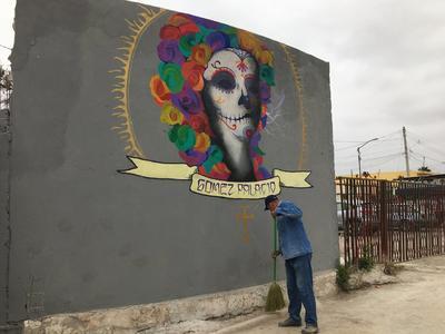 A la entrada del panteón municipal, se cuenta con un mural de Catrina, que resalta por su colorido sobre un fondo gris, donación del artista gomezpalatino Gerardo López.