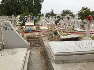 El acordonamiento de tumbas dañadas o abiertas que eran un riesgo para la ciudadanía se realizó por parte de la Dirección Municipal de Protección Civil.