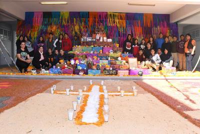 A los familiares. Estudiantes y personal docente del CECyTEC Jabonera erigieron su altar en honor a familiares.