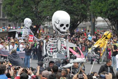 Miles de disfrazados en el Mega Desfile de Muertos.