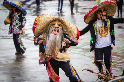 Aspectos del Mega desfile de Día de Muertos de la Ciudad de México, que inició en la Estela de Luz sobre Paseo de la Reforma y llegó al Zócalo capitalino.