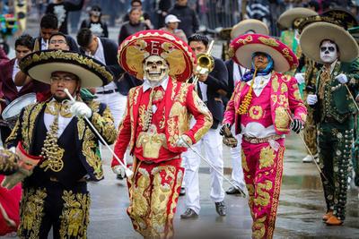 El desfile marcó el cenit de las diversas actividades que el Gobierno de Ciudad de México auspicia desde el 19 de octubre con motivo del Día de Muertos 2019, entre ellas exposiciones, conferencias, obras teatrales y ofrendas. Entre estas últimas destaca el Altar de altares, instalado el viernes en el Zócalo.