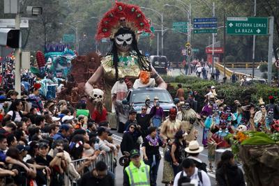 Más de 3,000 artistas, 12 carros alegóricos y 50 comparsas ciudadanas avanzaron por el emblemático Paseo de la Reforma, la Avenida Juárez y la calle Cinco de Mayo, flanqueados por flores de cempasúchil plantadas a lo largo de gran parte del camino.