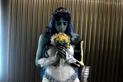 Flores Montelongo dijo que no es el único personaje que realiza, también se caracteriza de Eva de la serie Evangelion o La Reina Blanca de Alicia en el País de las Maravillas, entre otros.