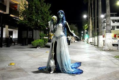 Metido en el personaje, se dio una vuelta por la Plaza Mayor en la víspera del Día de Muertos.