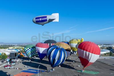 Cientos de personas disfrutan del espectáculo que involucra la participación de casi una docena de globos aerostáticos, así como un zeppelin de más de 40 metros.