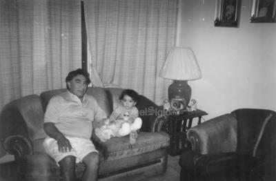 Domingo Huízar con su nieta Paulina Ortiz Huízar, en el año de 1989