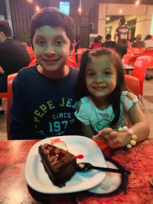 03112019 LA PASAN MUY BIEN.  Diego y María Fernanda en un conocido restaurante de la ciudad.