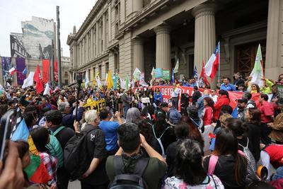 Cientos de manifestantes rodearon la sede del Congreso en Santiago.