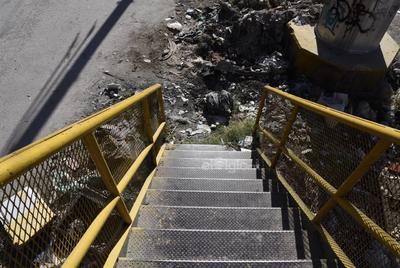 Basura. A lo largo de todo el trayecto peatonal es posible     encontrar todo tipo de desechos, incluso animales muertos. Todo ello genera olores desagradables y un entorno insalubre para los habitantes.